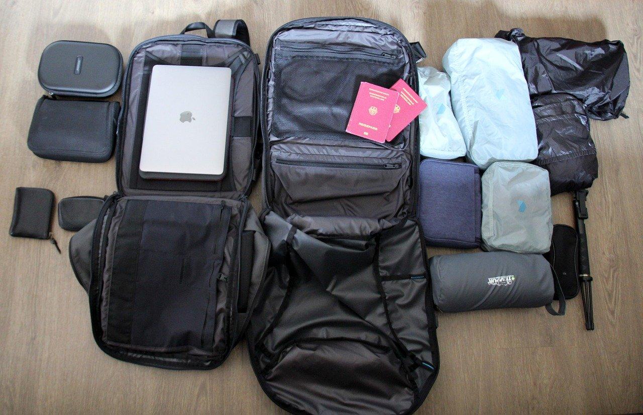 Arrumando a mala de mão para viajar