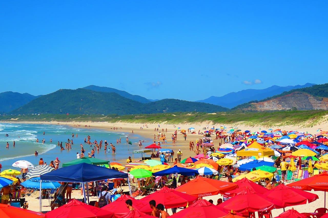 praias com baladas no brasil