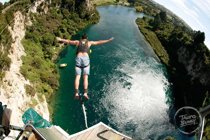 Saltar de bungy jump no Lake Taupo
