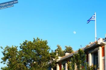 Ágora e a lua.