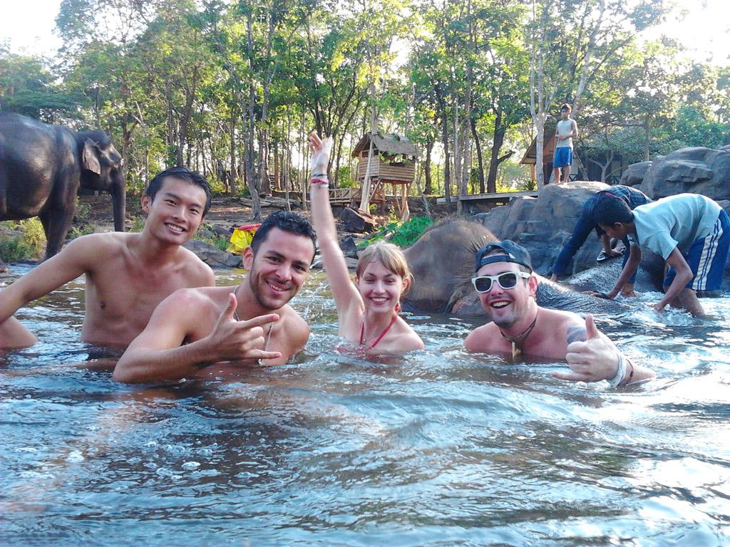 Banho com os elefantes no Laos.