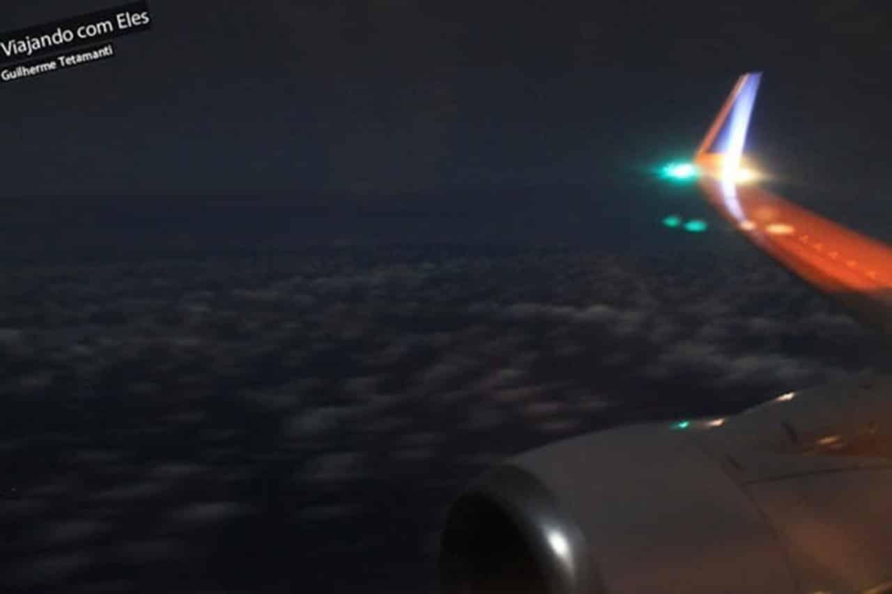 Vista aérea noturna do voo