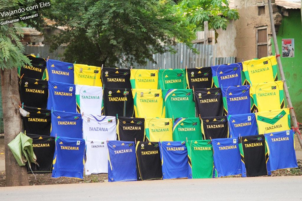 Camisas de futebol na Tanzânia.