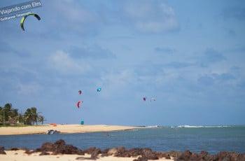 Kitesurfers na Barra do Cunhaú.