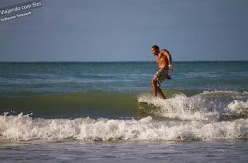 Surfista na Praia do Madeiro.