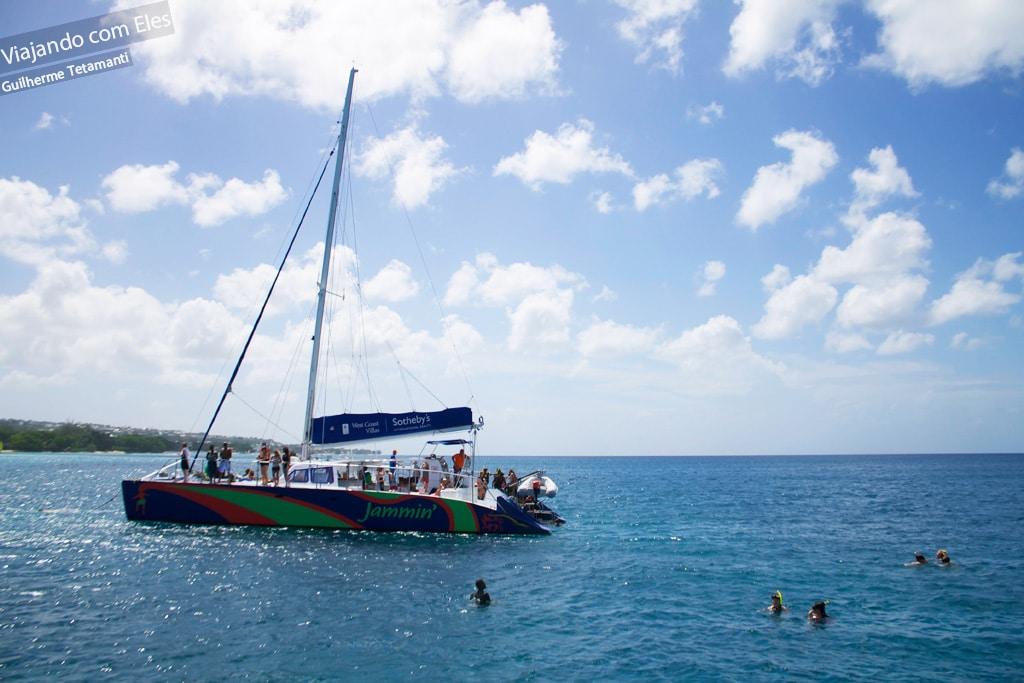 Passeio de catamarã em Barbados.