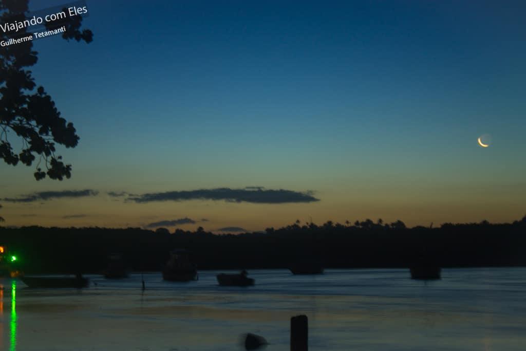 Lua crescente logo após o sol se pôr.
