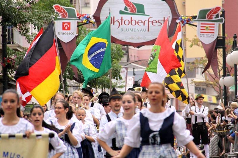 Desfile é atração na Oktoberfest