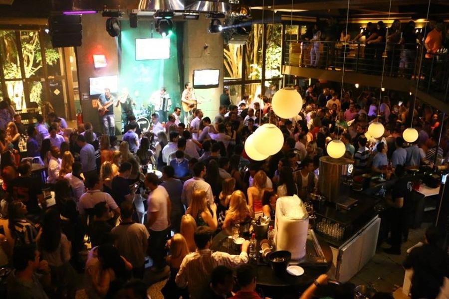 Bares e baladas em Curitiba.