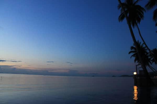 Piscina de borda infinita + luminária em Koh Samui.