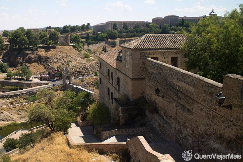 Escadarias e muralhas históricas