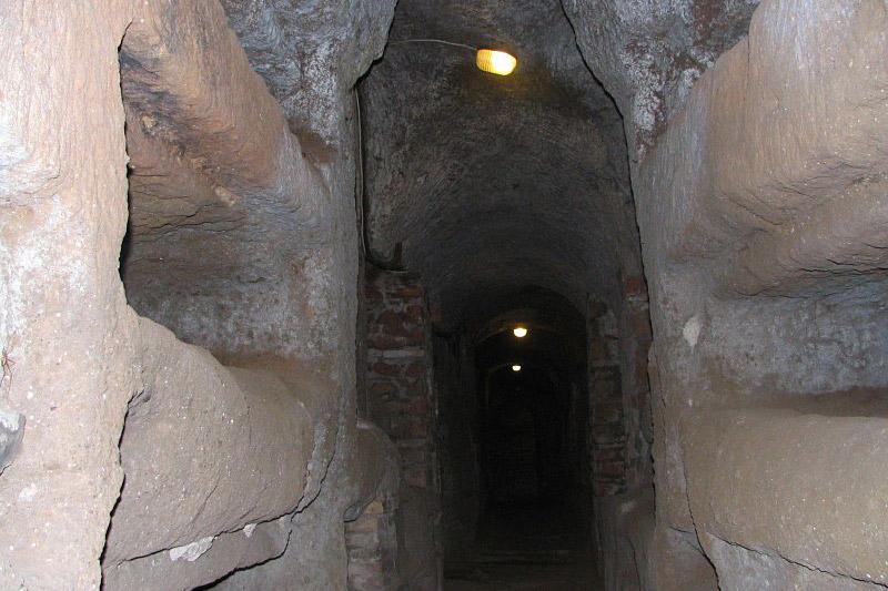 Passeio nas galerias subterrâneas de Roma