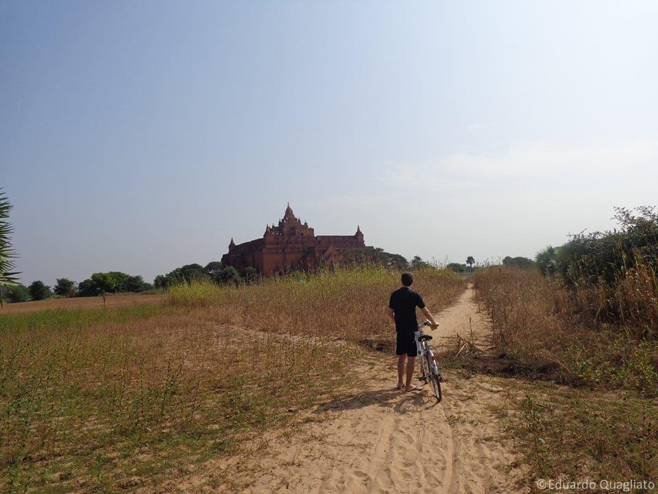 Explorando Bagan de bicicleta