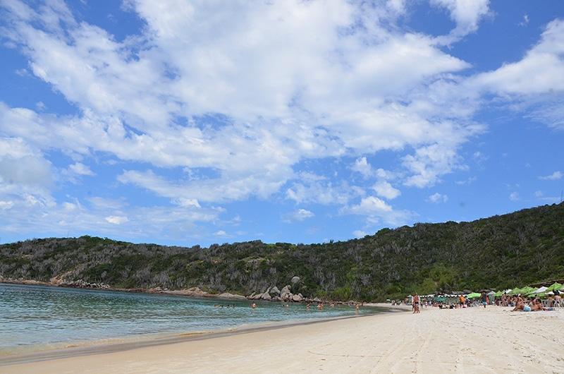 Como é a Praia do Forno em Arraial do Cabo