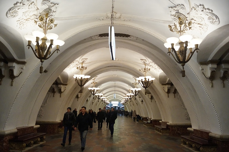 Andar de metrô em Moscou