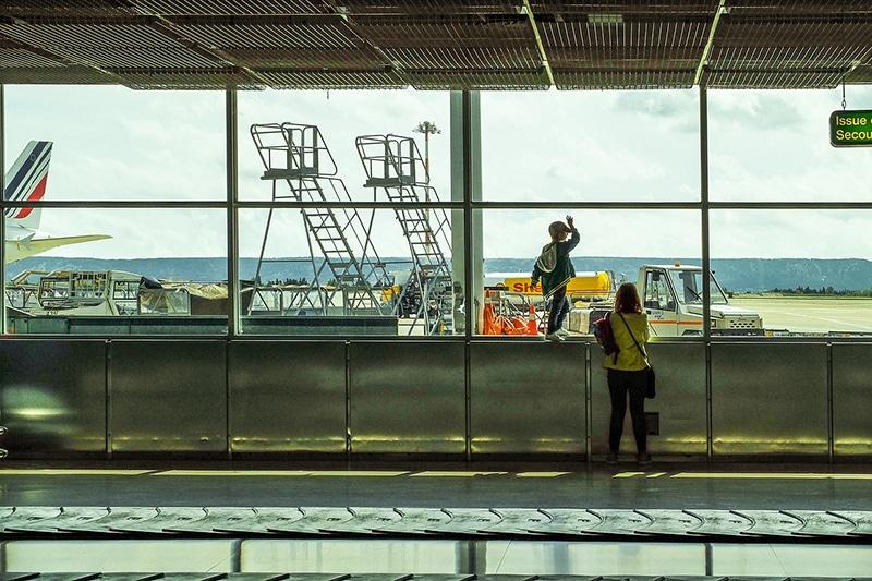 Criança viajando só com o pai