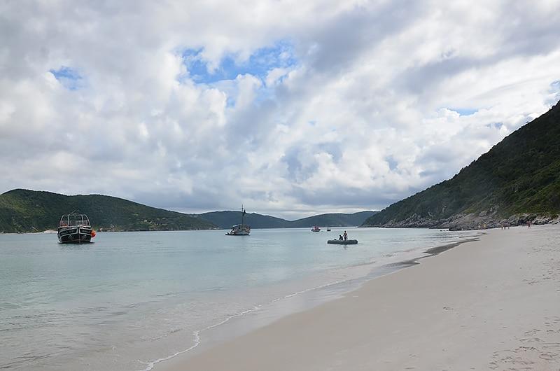 Como funciona o passeio de barco em Arraial do Cabo