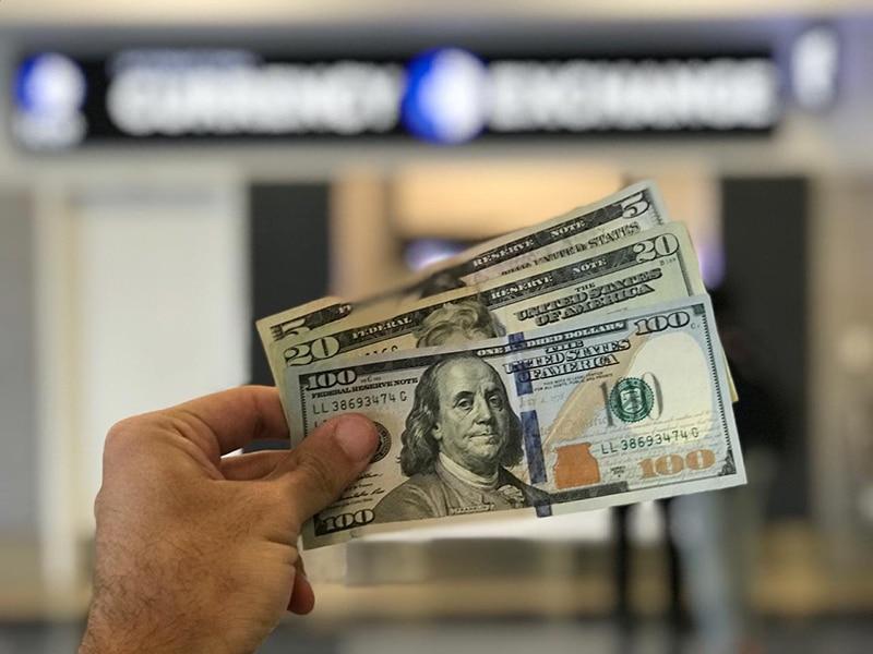Vale a pena levar dólares para o México?