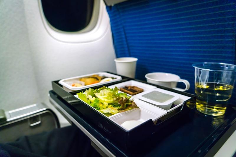 Tem comida durante uma viagem de avião?