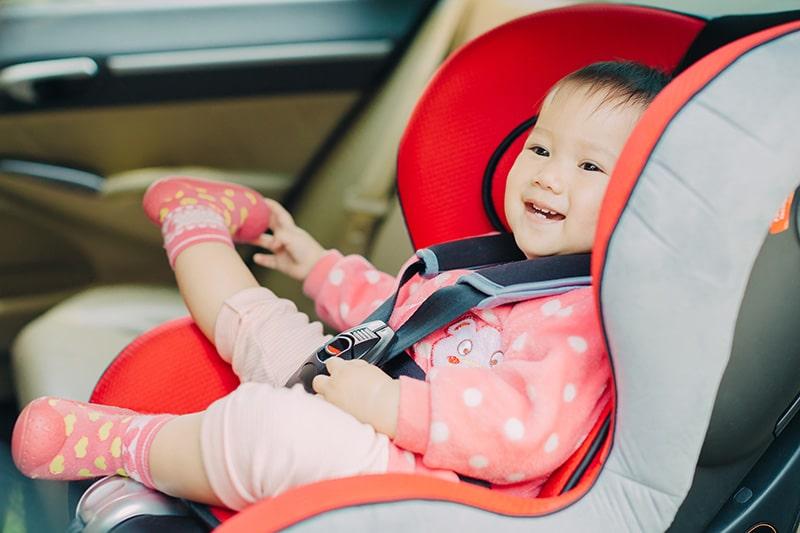 Onde levar o bebê conforto no avião