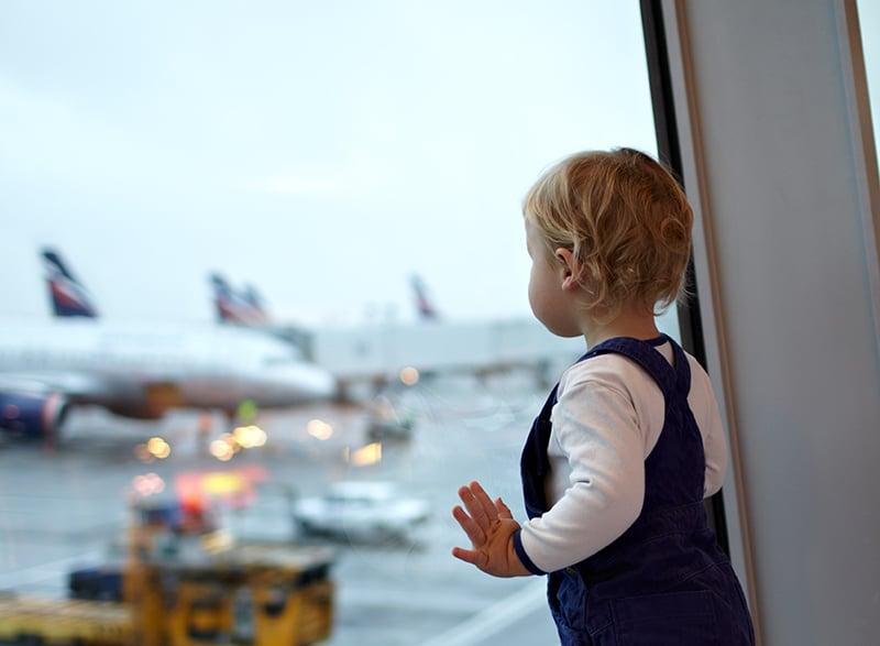 Como manter um bebê calmo no avião