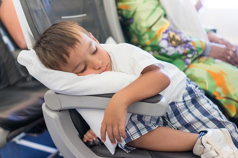 Entreter o bebê no avião