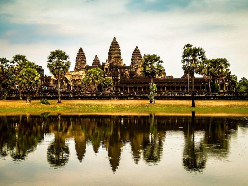 Sítio arqueológico no Camboja