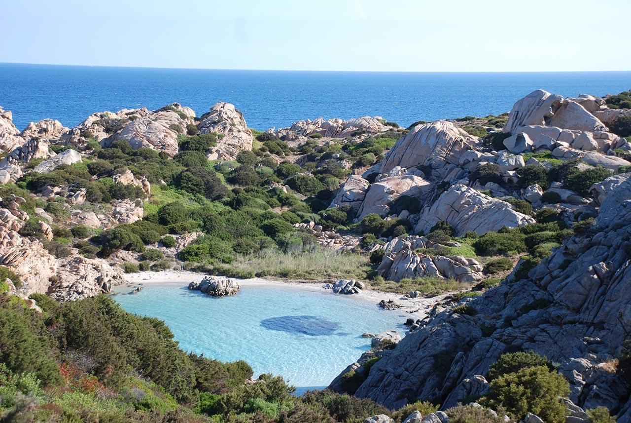 Praia de águas calmas em La Maddalena