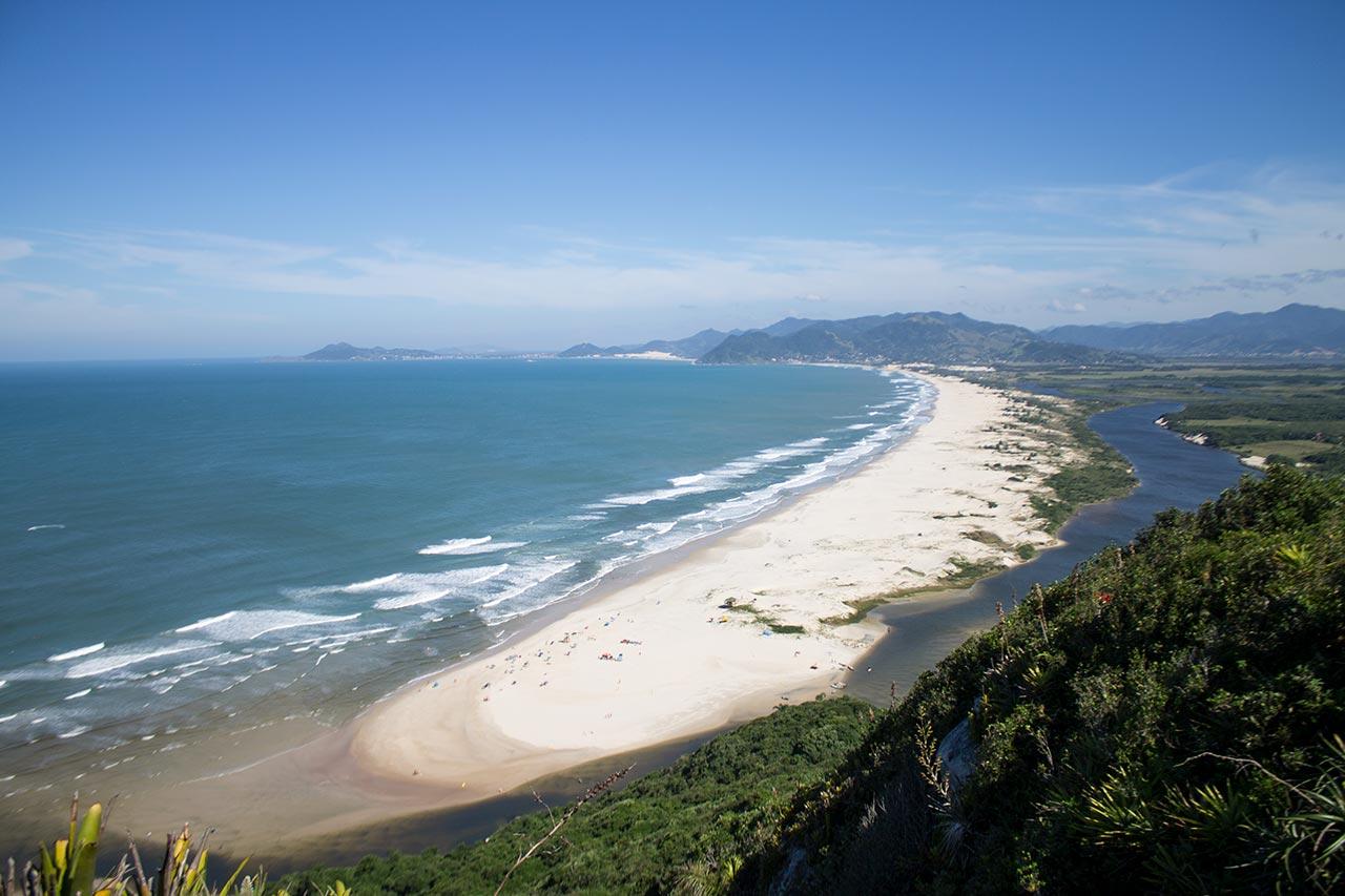 Praias para ir em janeiro perto de Florianópolis