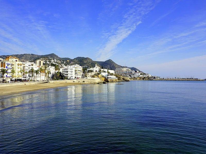 Aproveite para visitar as praias Sitges durante o roteiro de trem na Espanha