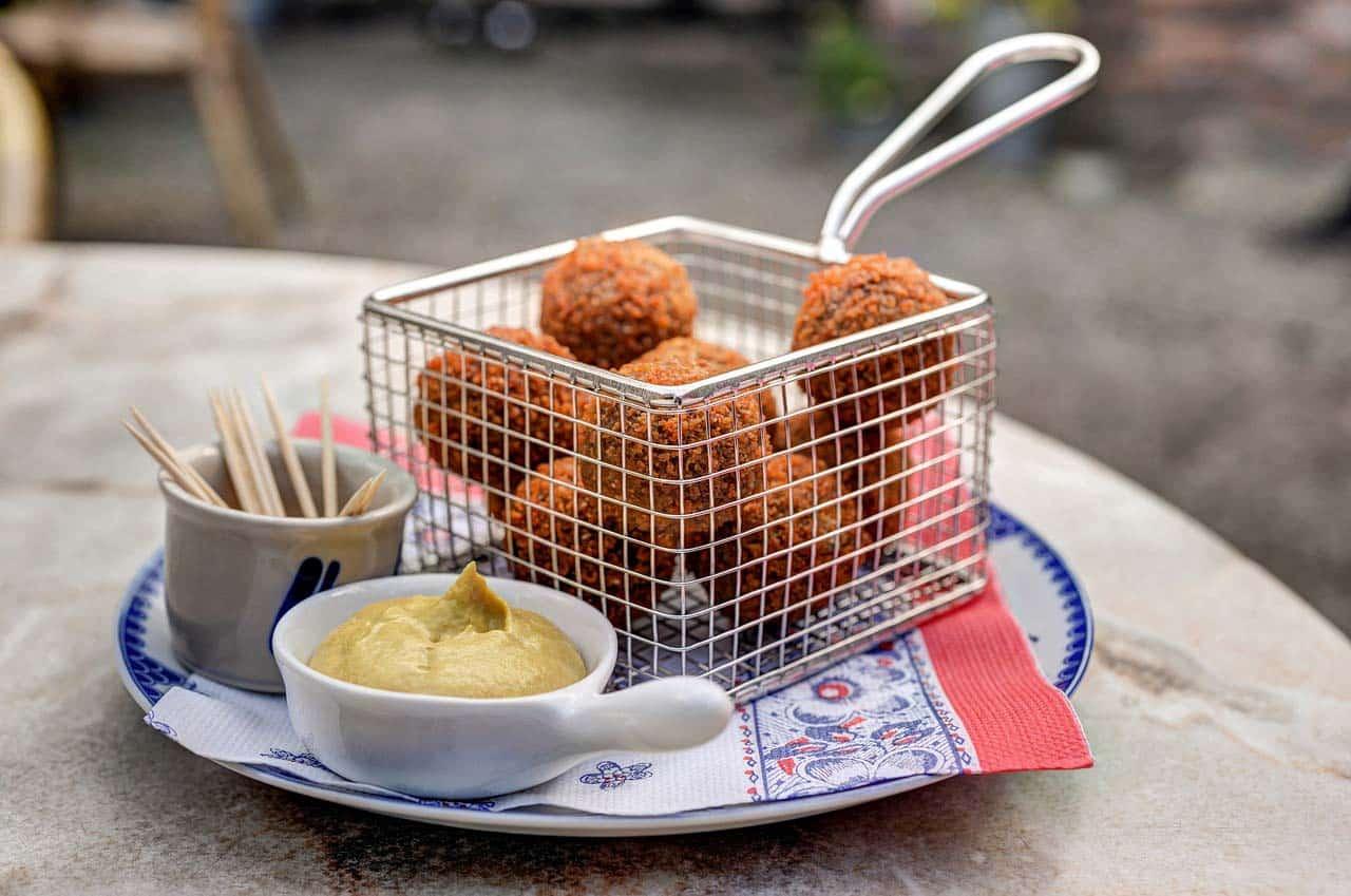 O que comer na HolandaAs melhores comidas típicas da Holanda em bares