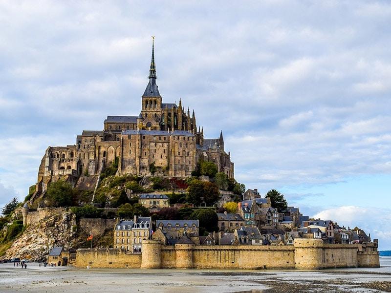distância do mont saint michel a paris