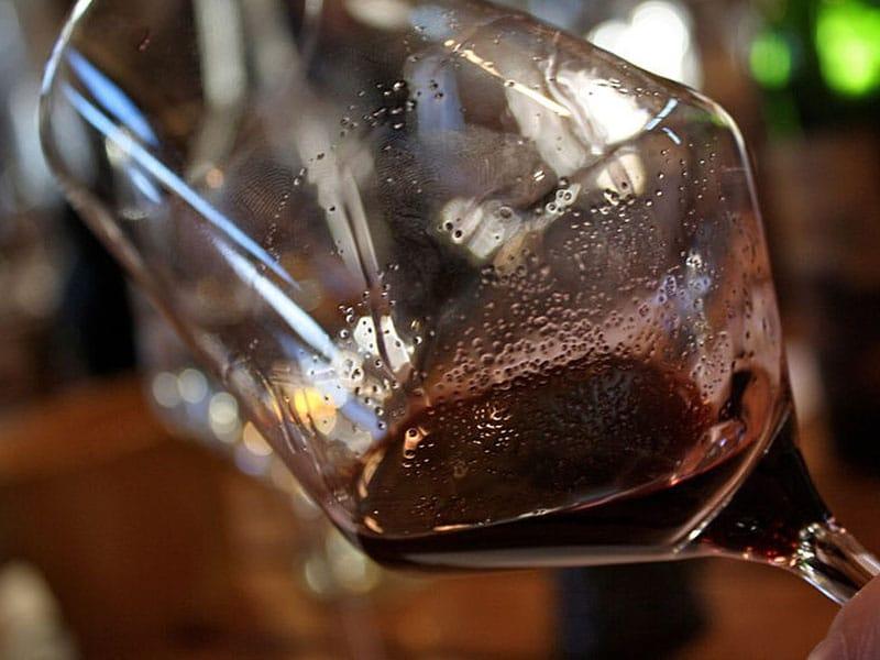 Tomar vinho à noite em Santorini