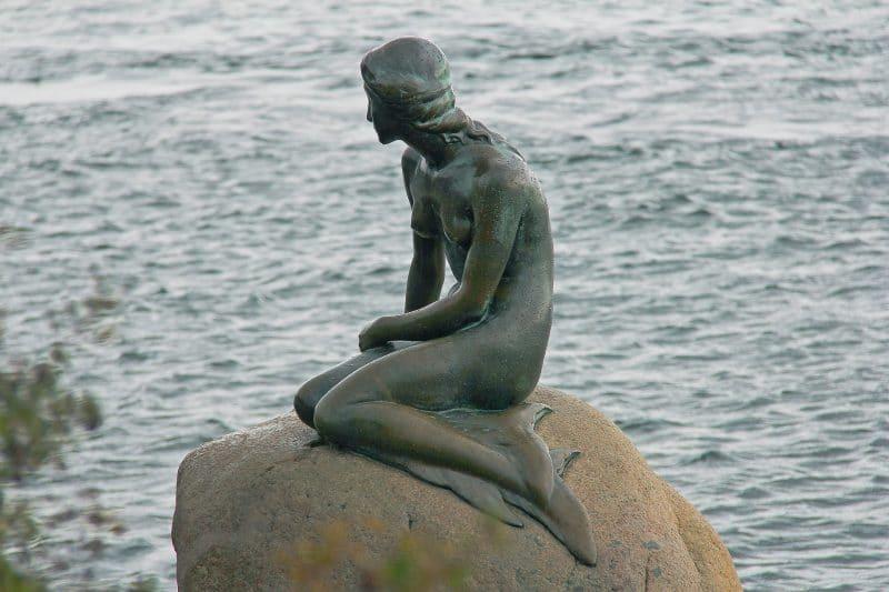 Estátua Pequena Sereia, na Dinamarca