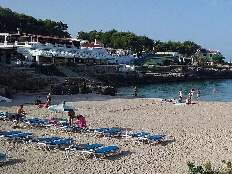 Praia com restaurante Menorca