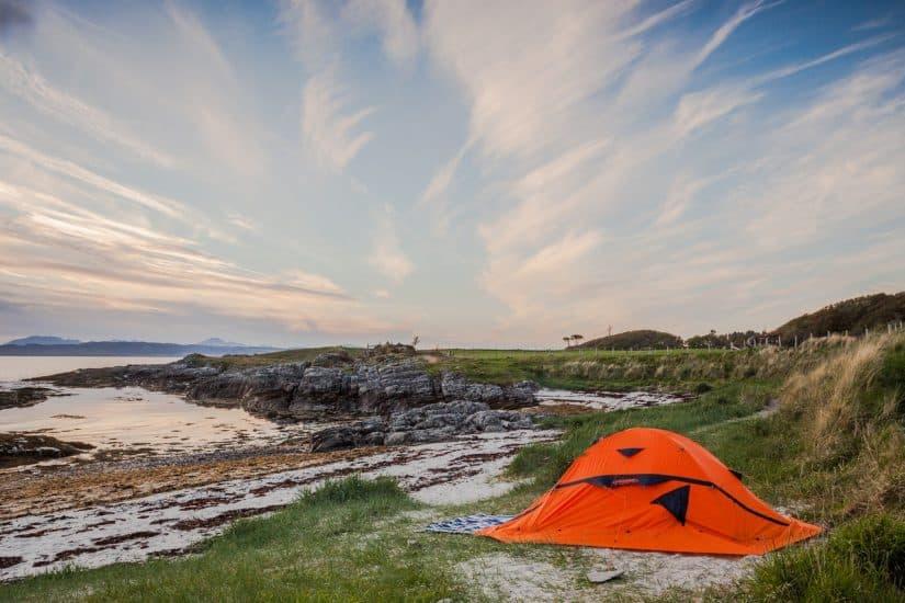 acampar em praia deserta