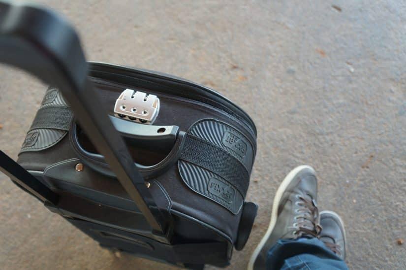 Mochila e uma mala de mão no avião: