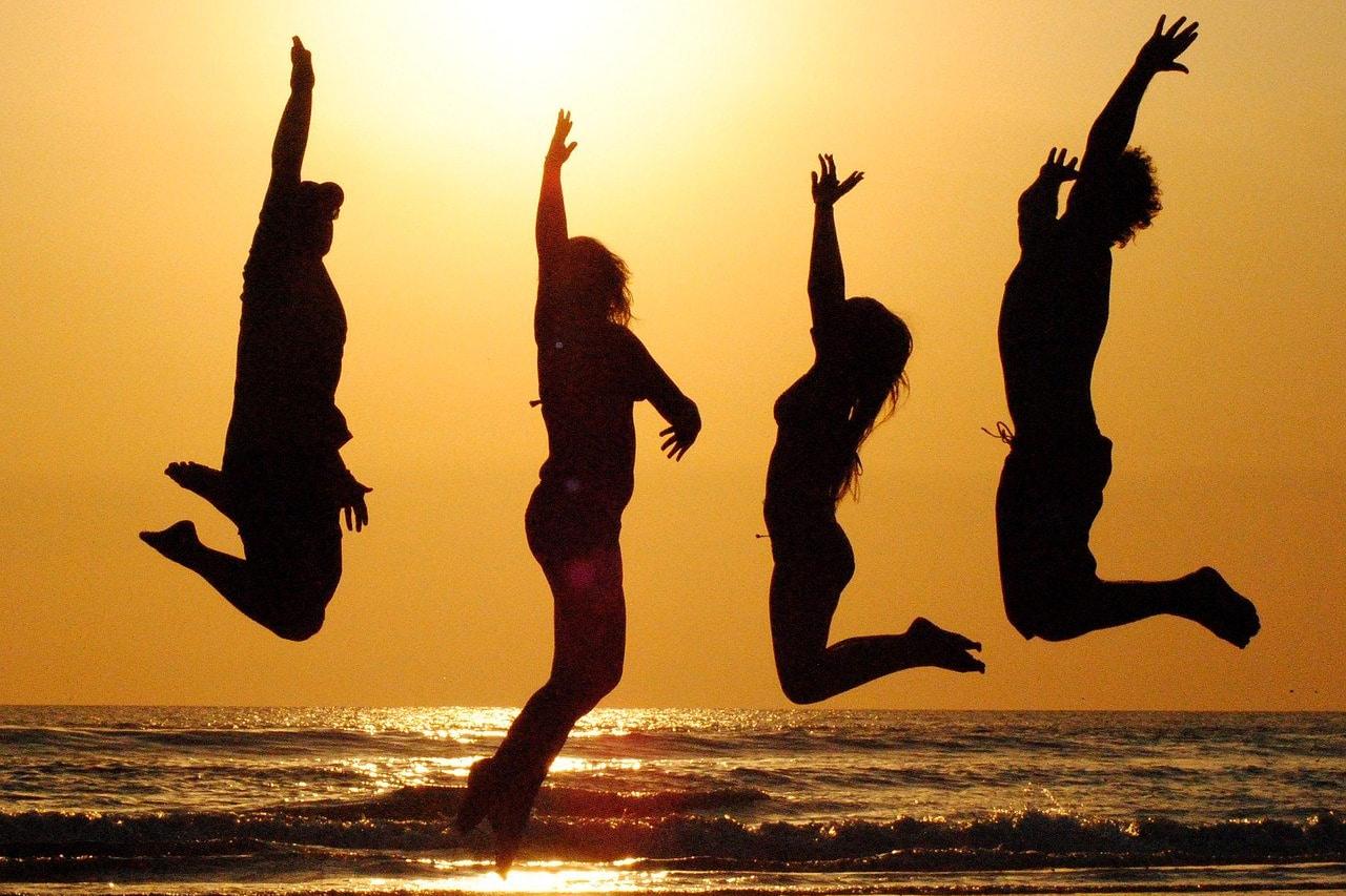 Fotos pulando com amigos