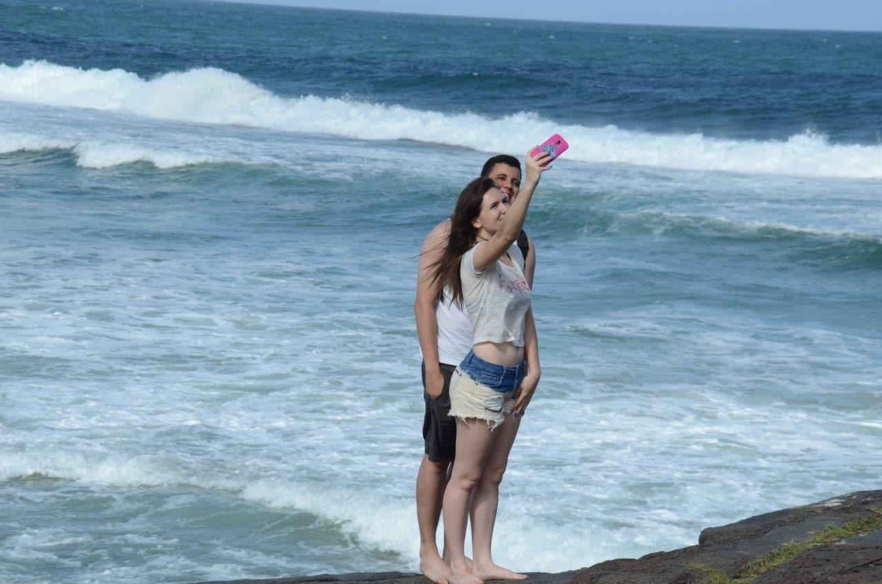 Selfie de casal na praia