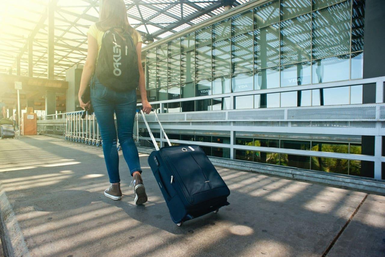 Pode levar bagagem de mão e mochila?